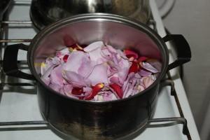 лепестки роз доводим до кипения