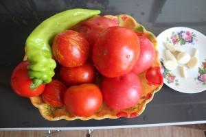 помидоры, острый перец, чеснок
