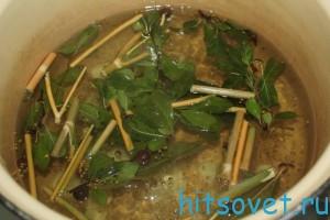 добавить нарезанные веточки вишни, укропа и чеснок в маринад