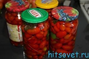 Накрыть крышками банки с помидоами Черри