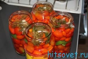 Залить рассол обратно в банки с помидорами Черри