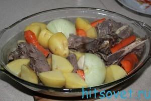 перемешать телятину с овощами