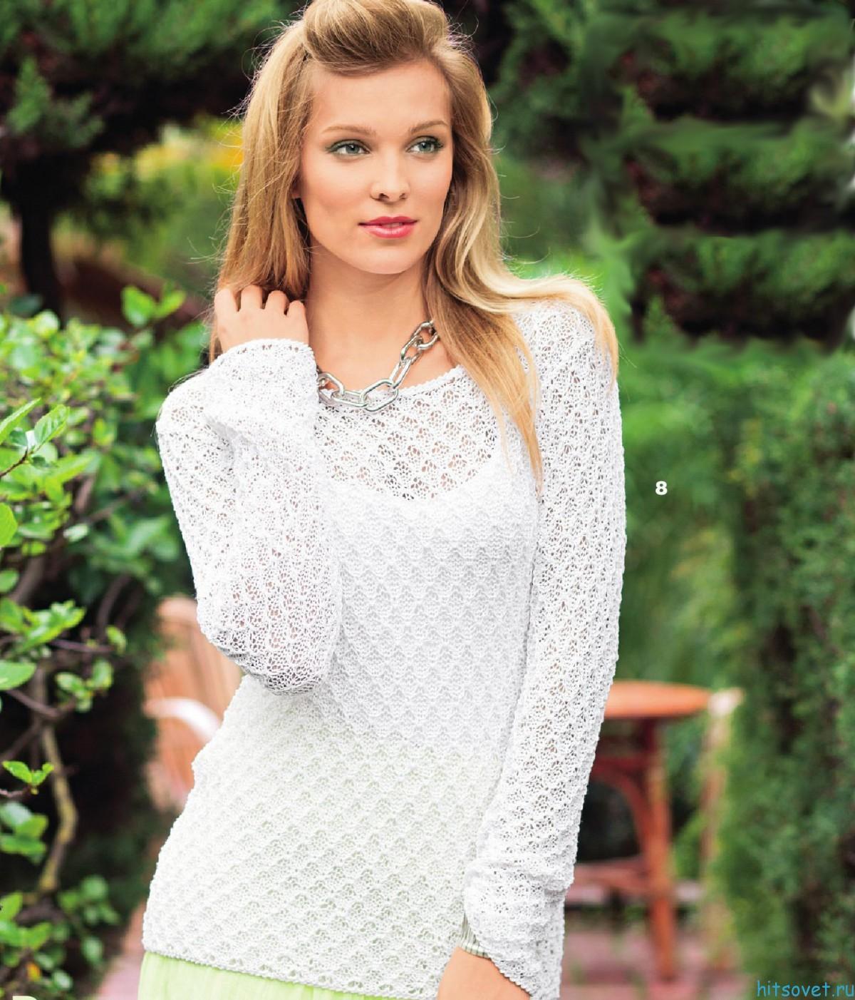 Белый пуловер с красивым узором спицами
