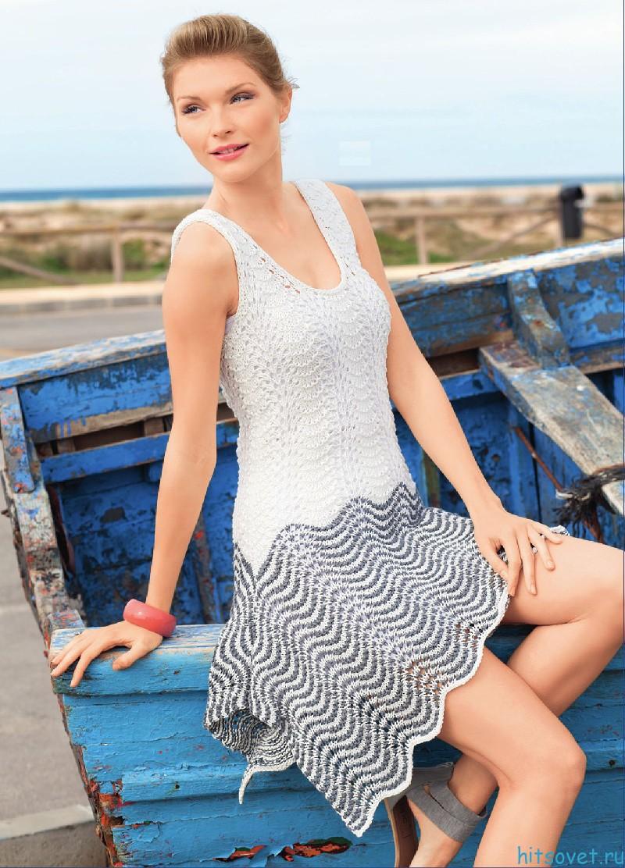 Платье спицами волнистым узором