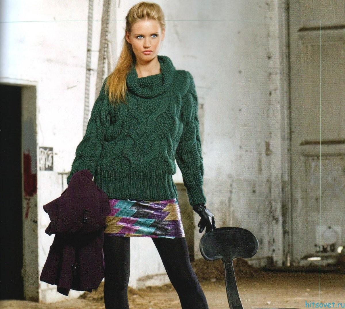 Зеленый пуловер спицами с узором из кос