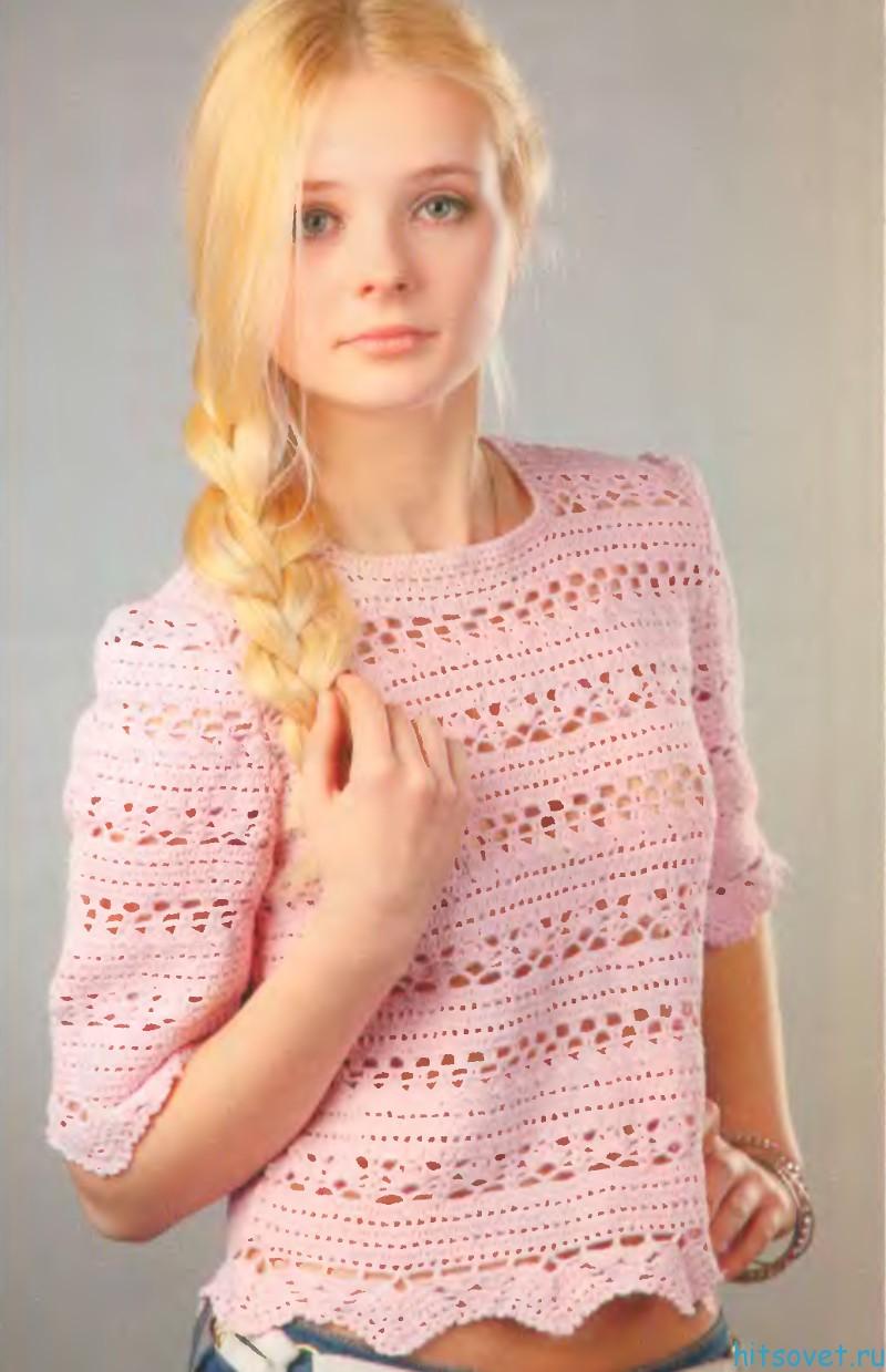 Розовый пуловер спицами ажурными полосами