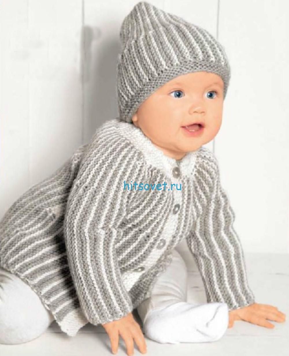 Полосатый комплект для малыша спицами