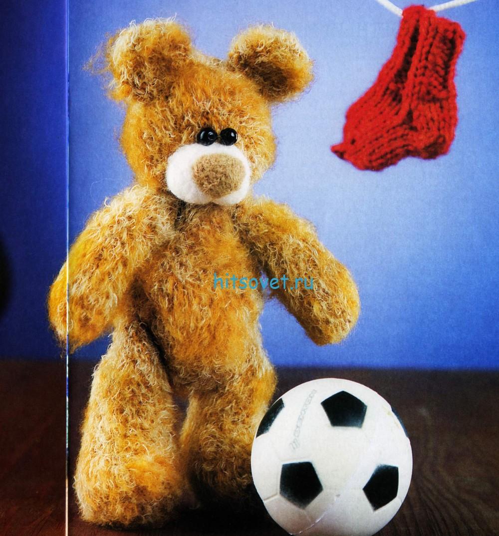 Вязаный мишка футболист