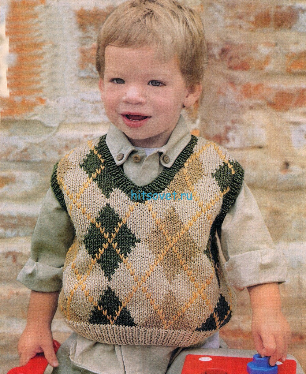 Вязаный жилет для мальчика с ромбами