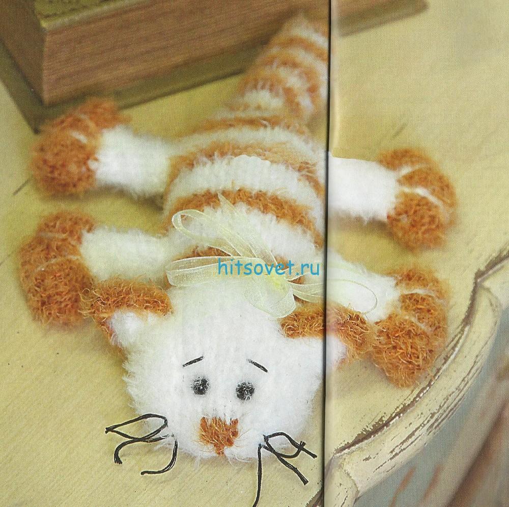 Вязаный кот из травки спицами