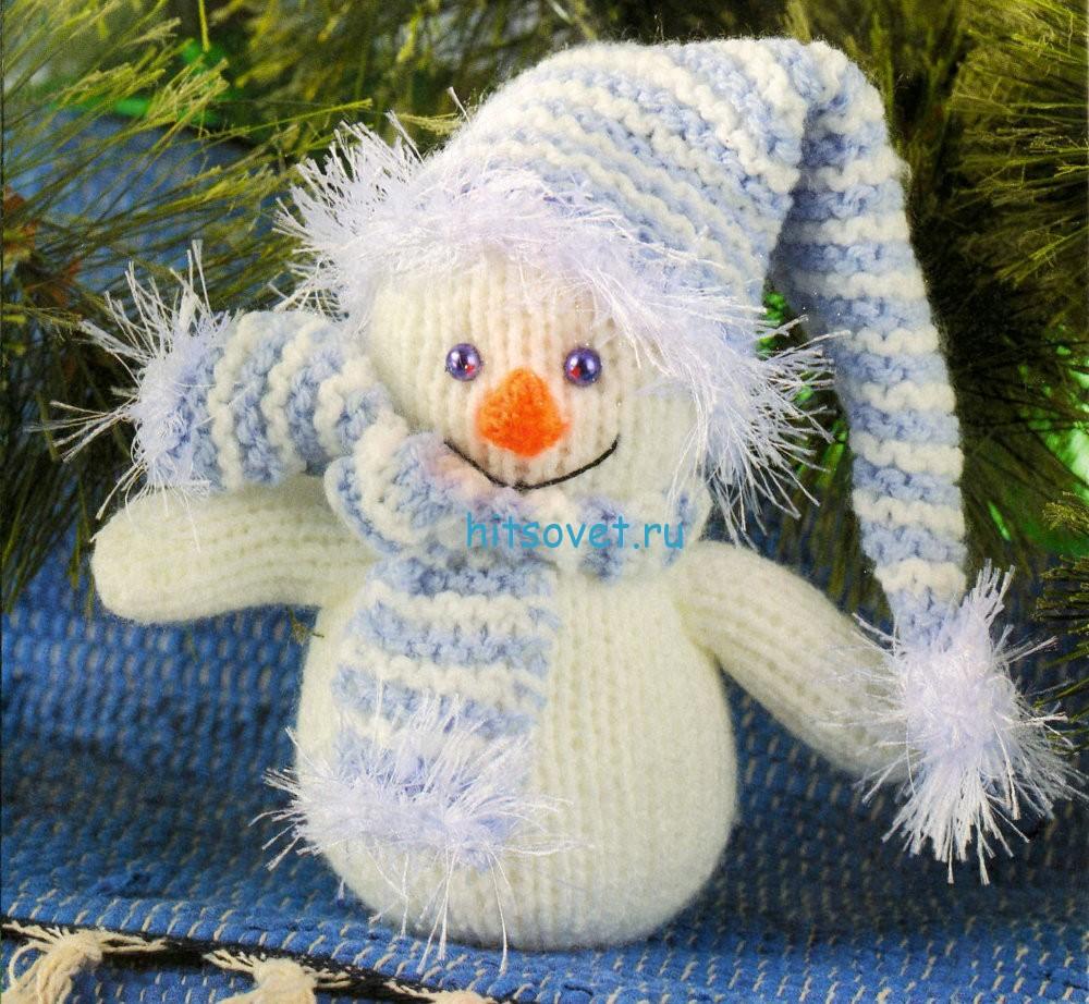 Вязаный снеговик в шапке и шарфе