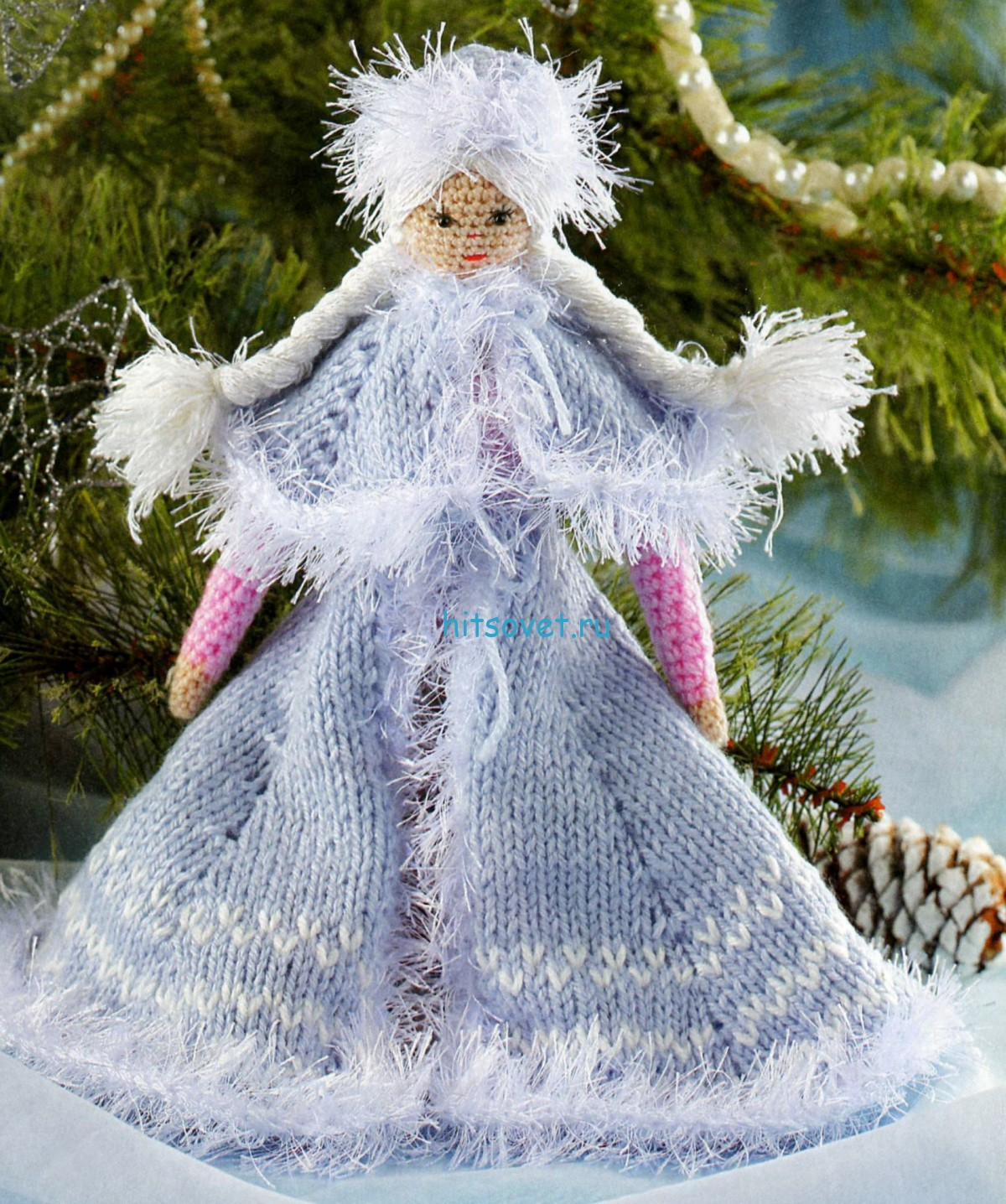 Вязаная Снегурочка в голубом наряде