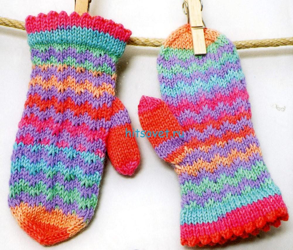 Вязание для девочки разноцветных варежек