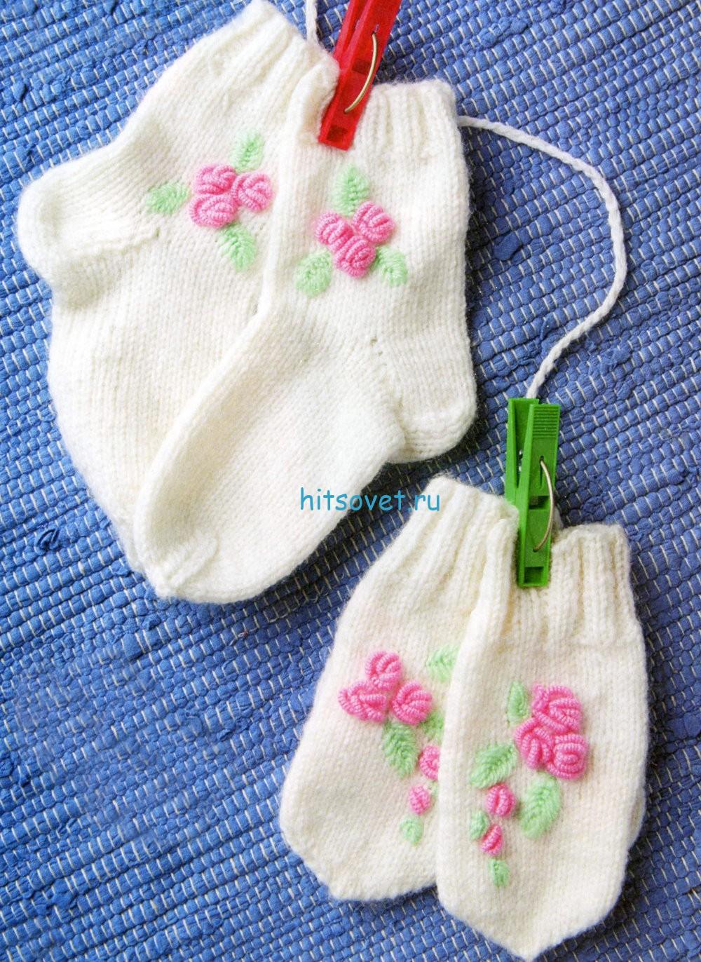 Вязаные варежки и носочки с вышивкой