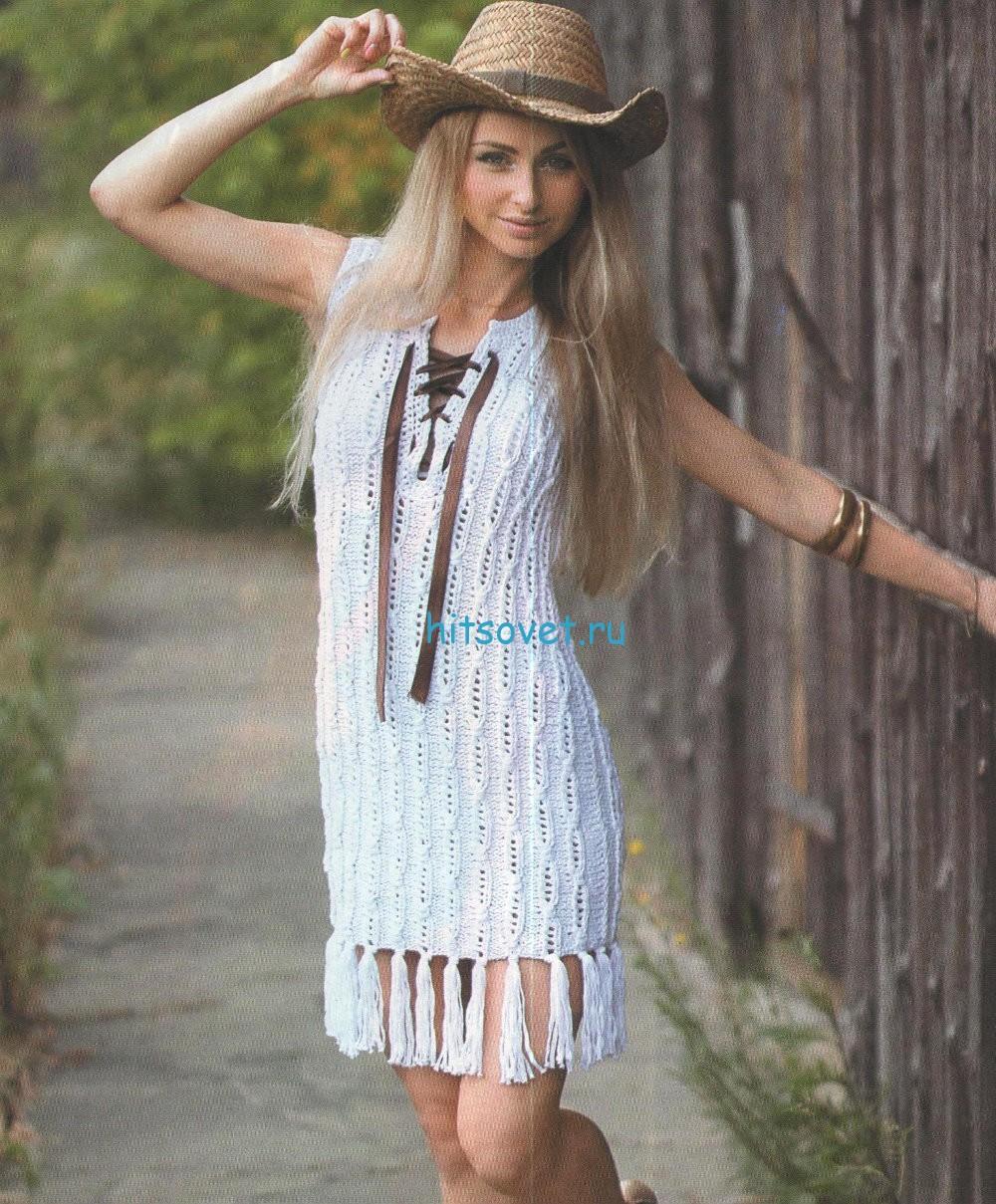 Белое вязаное платье с бахромой
