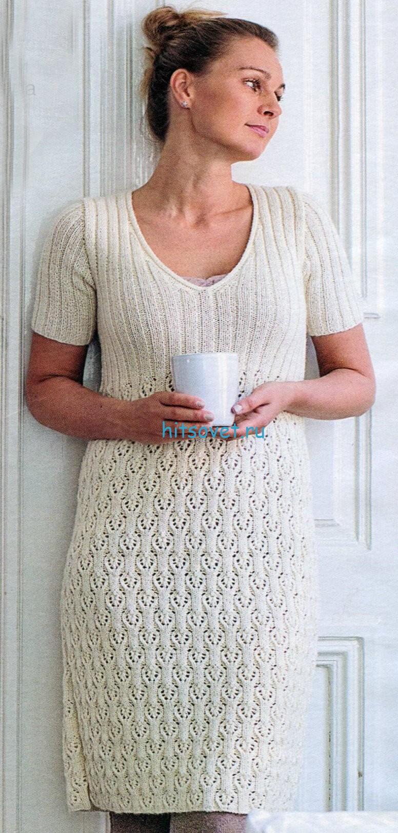Белое платье спицами с ажурным узором