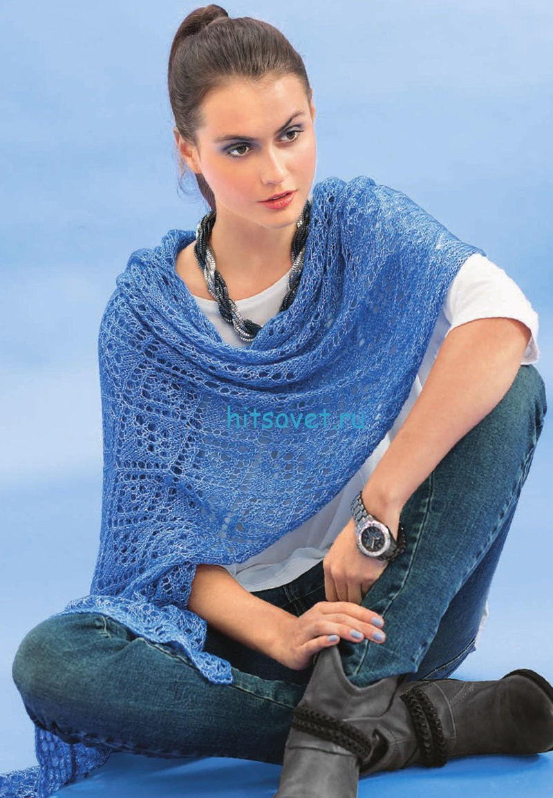 Голубая меланжевая шаль спицами