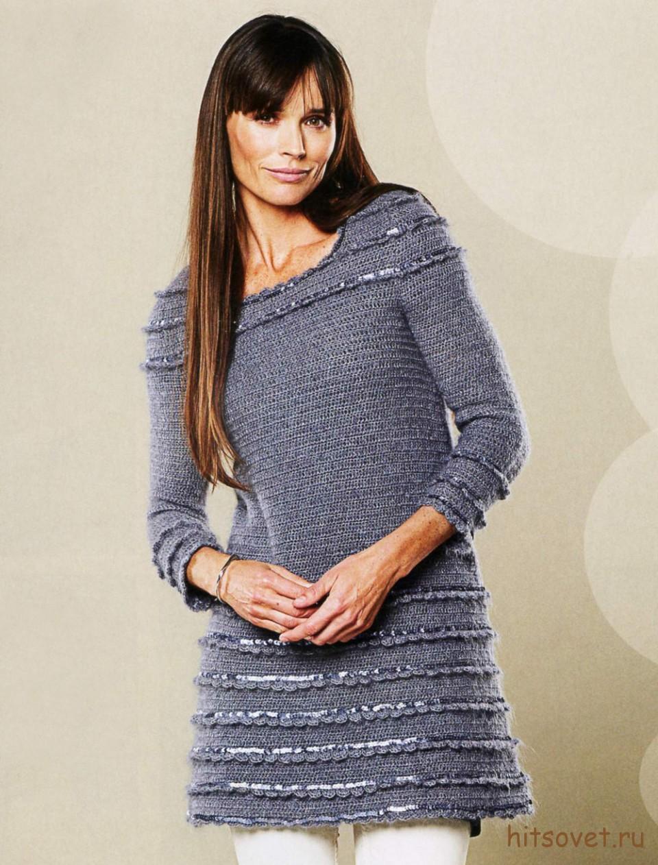 Серое вязаное платье с пайетками