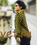 Двухцветный пуловер с узором зигзаг