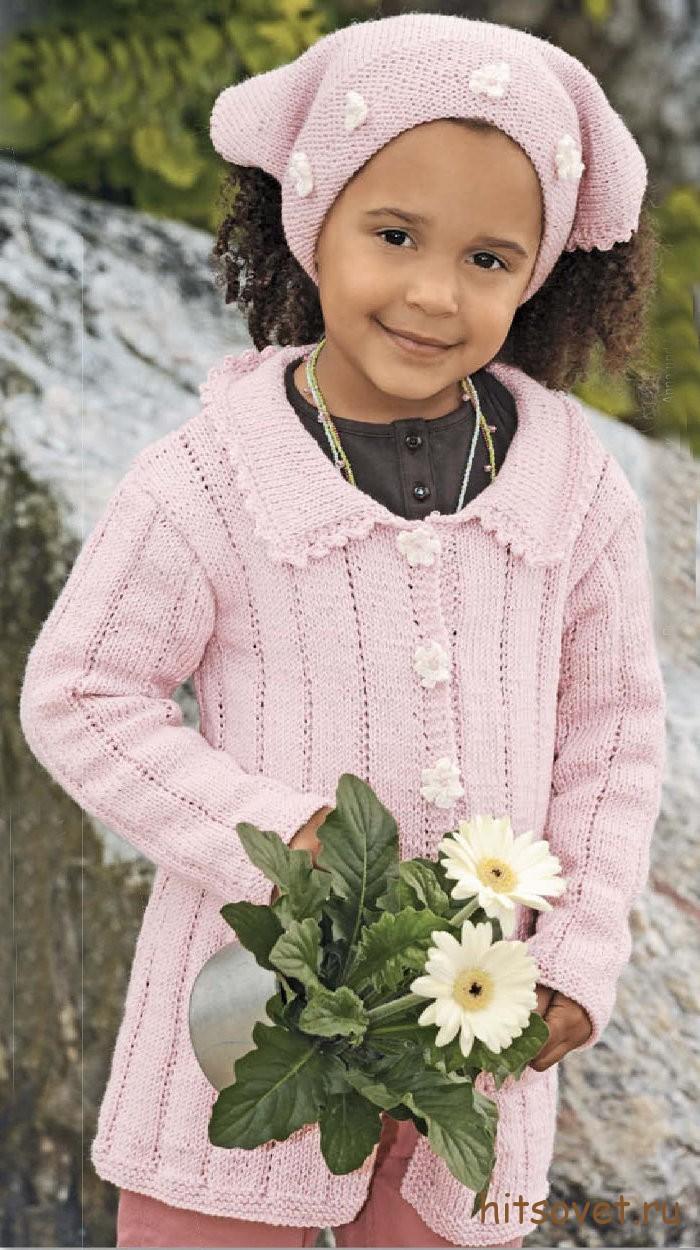 Вязаное пальто для девочки с косынкой