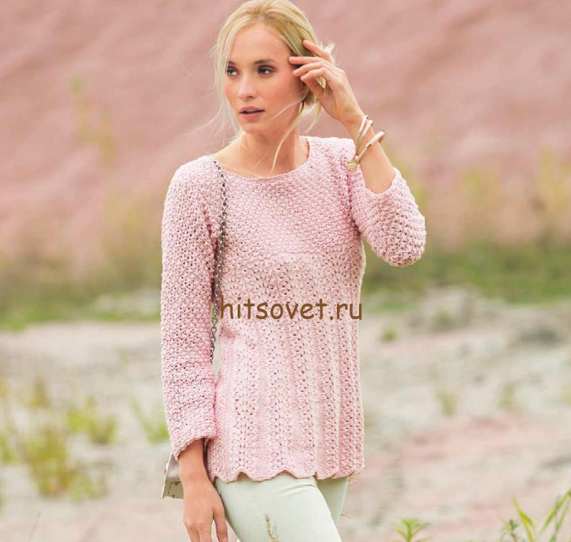 Розовый пуловер с узором розочки