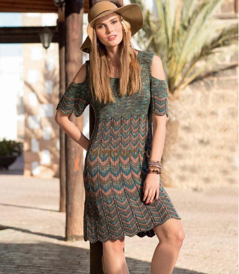 Вязаное платье с волнистым узором