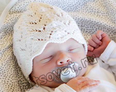 Вязаная шапочка ажурным узором для малышей