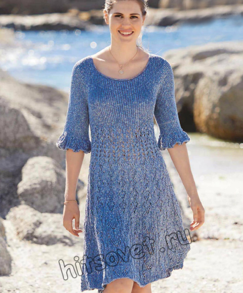 Вязаное платье с воланами на рукавах, фото.