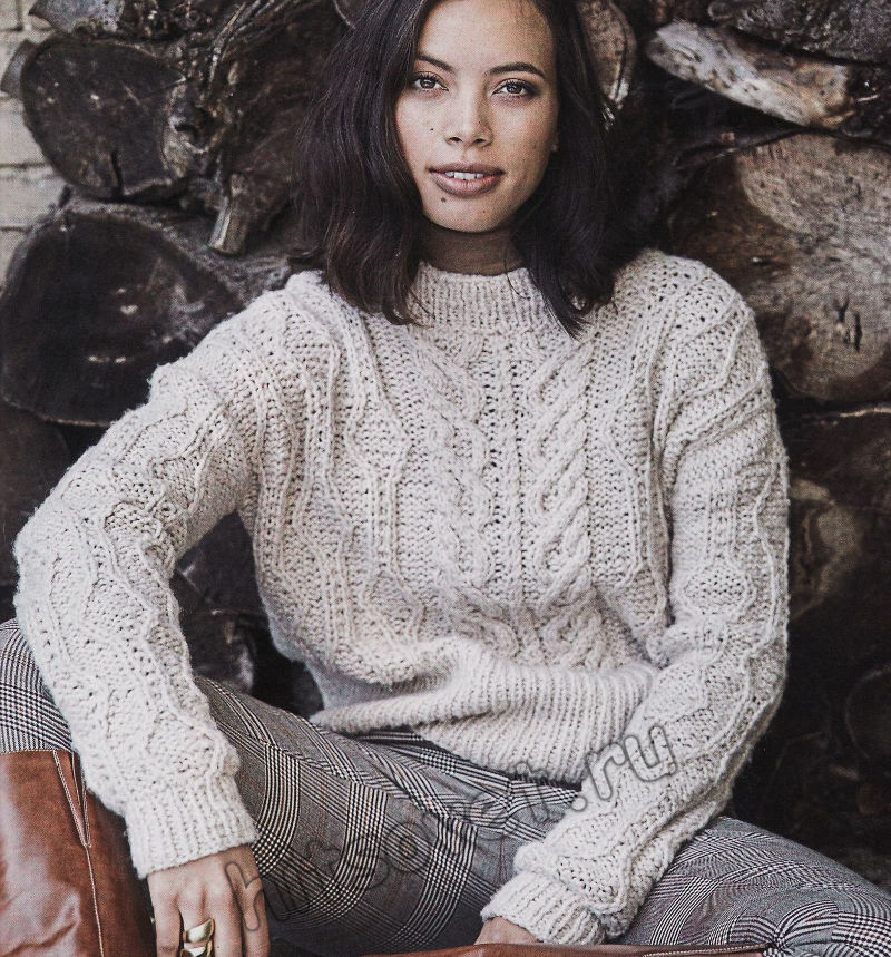 Стильный вязаный свитер с косами и ромбами