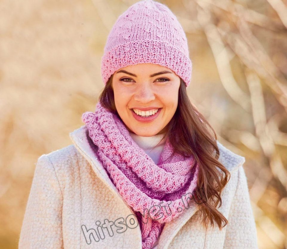 Розовая шапочка и снуд рельефным узором