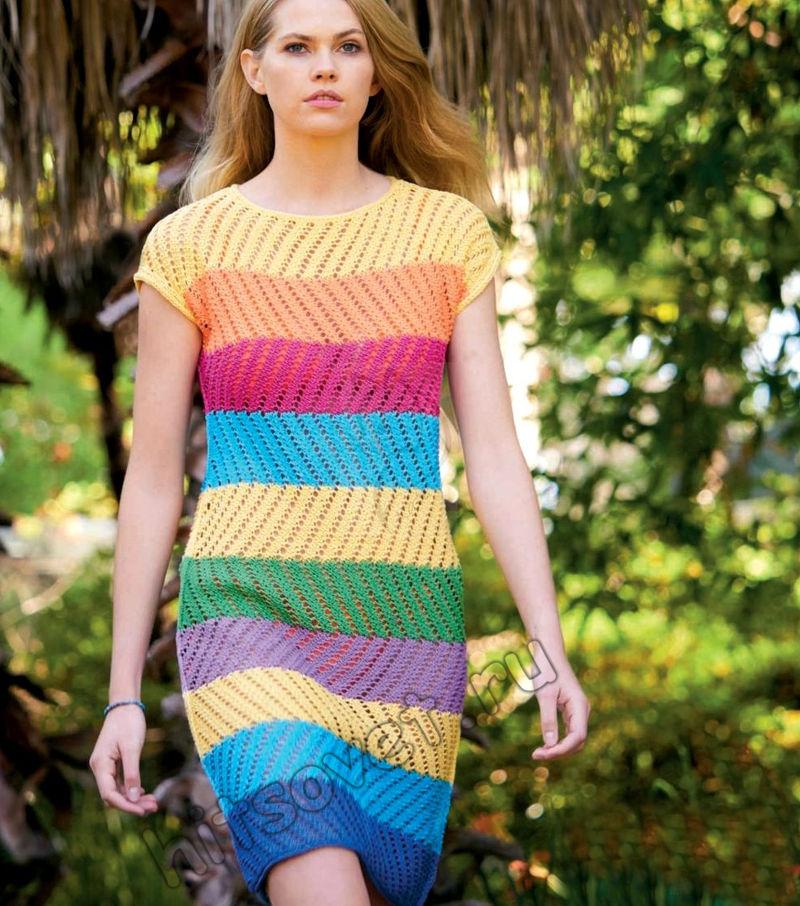Цветное полосатое летнее платье спицами, фото.